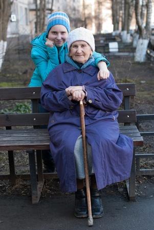 Grand-mère et petite-fille pour une promenade. Banque d'images - 19386552