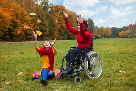 discapacidad: deshabilitado con un amigo caminando en el oto�o de parque