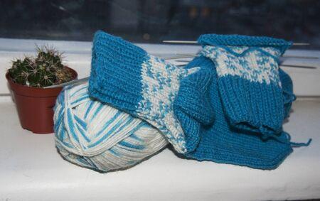 knitting blue white wool socks on knitting needles Banque d'images