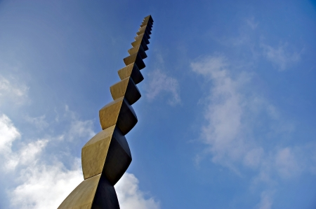 Constantin Brancusi Endless Column silhouetted against blue sky in Targu Jiu Archivio Fotografico