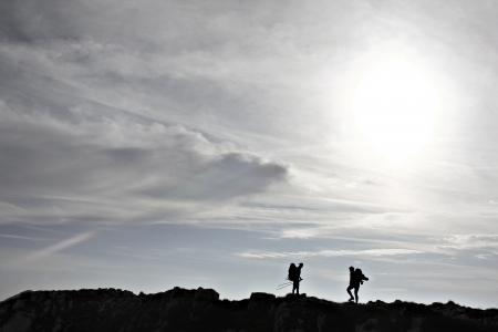 Silhouette of two hikers on a mountain ridge Archivio Fotografico