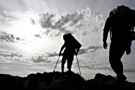Silhouette of two hikers on a mountain ridge Stockfoto