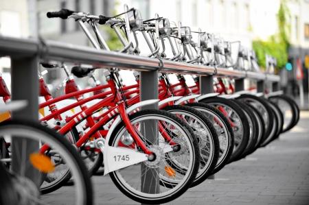 turismo ecologico: Escena urbana con alquiler de bicicletas en una estación de velo