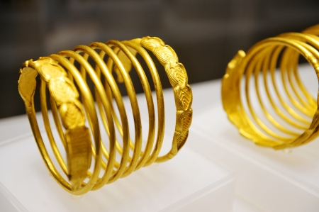 thesaurus: Bucharest, Romania - December 19, 2013: Ancient dacian snake shaped gold bracelets are seen during an exibit at the Romanian National History Museum on December 19, in Bucharest. Editorial