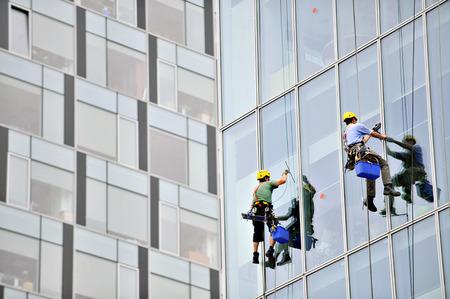 cleaning window: Lavavetri per la pulizia di un edificio esterno Archivio Fotografico