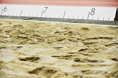 salto de longitud: Atletismo Salto de longitud foso de arena con marcas Foto de archivo
