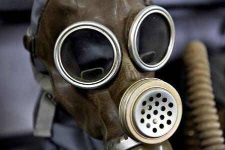 mundo contaminado: Máscaras de gas antiguas de la Segunda Guerra Mundial Foto de archivo