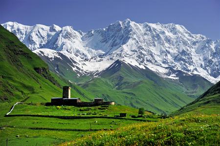 svan: Paesaggio estivo con del Caucaso Shkhara montagna visto dal villaggio di Ushguli nella regione di Svaneti superiore, Georgia