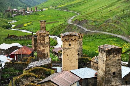 svan: Antiche torri svan nel villaggio di Ushguli nella regione Svaneti superiore a Georgia