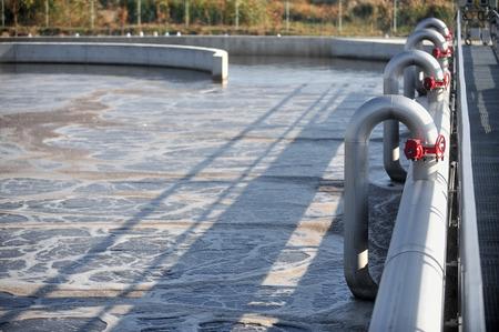 agua purificada: Escena industrial con una planta de tratamiento de aguas residuales moderno