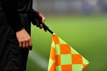 arbitros: �rbitros asistentes en acci�n durante un partido de f�tbol Foto de archivo