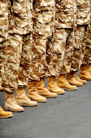 soldado: Soldados pies de camuflaje del desierto uniforme militar en posición de reposo Foto de archivo