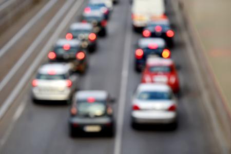 urban colors: Desenfoque disparo de escena de la hora punta urbana con varios coches en una congestión de tráfico Foto de archivo