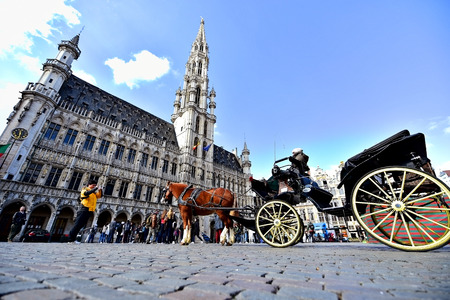 chaise: BRUSSELS, BELGIUM - MARCH 16: Wide angle shot with tourists visiting the Grand Place on March 16, 2016 in Brussels.
