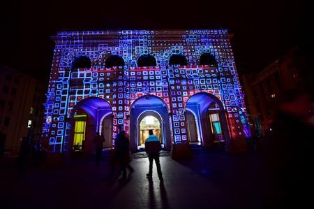 BUCAREST, ROMANIA - 6 maggio: la mappatura di proiezione 3D sono visti su edifici durante il Festival Internazionale della Luce Spotlight il 6 maggio 2016 a Bucarest.