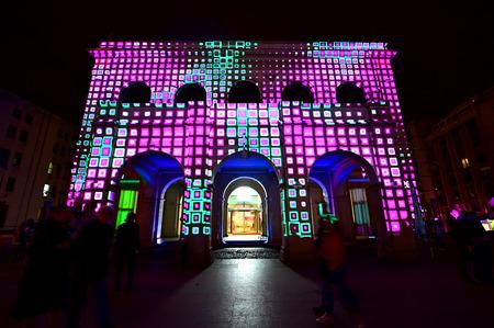 Bucarest, Rumania - 6 de mayo: mapeo de proyección en 3D se ven en los edificios durante el Festival de la Luz Spotlight Internacional el 6 de mayo, 2016, Bucarest.