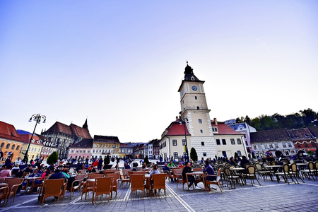 brasov: BRASOV, ROMANIA - APRIL 3: Tourists in a weekend day spending time in Sfatului Square, old town of Transylvanias medieval old town of Brasov, on April 3, 2016.