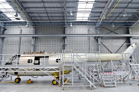 Detalle con fuselaje del helicóptero en la línea de reparación en una fábrica