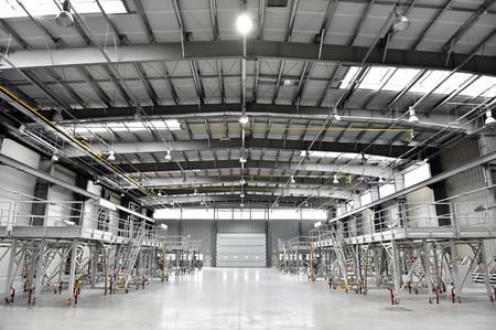 내부는 비어있는 새로운 산업웨어 하우스로 촬영 스톡 콘텐츠 - 64049228