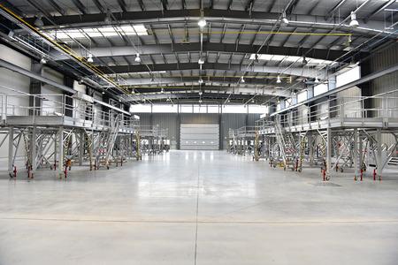 내부는 비어있는 새로운 산업웨어 하우스로 촬영