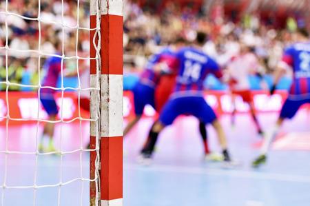 terrain de handball: Handball match de scène avec goalpost et les joueurs en arrière-plan
