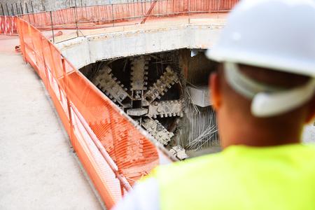 Trabajadores que inspeccionan las obras de construcción en un andamio dentro del sitio de construcción