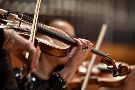 Detalle de la mano de los violines durante la actuación de la orquesta filarmónica