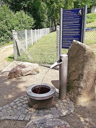 tomando agua: agua fuente de agua potable del grifo