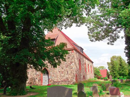 gibel: Field stone church in Grnow