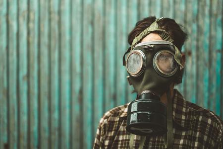 Persona che indossa una maschera antigas. Contaminazione e concetto di inquinamento
