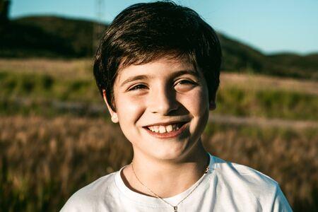 Retrato de un niño pequeño sonriendo y con expresión divertida