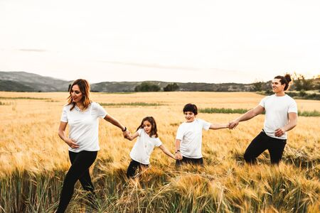 Family holding hands in the countryside happy and fun Zdjęcie Seryjne - 126914566