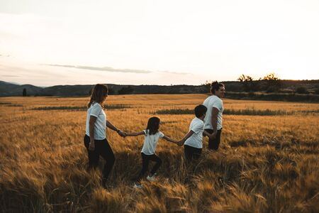 Family holding hands in the countryside happy and fun Zdjęcie Seryjne - 126914568