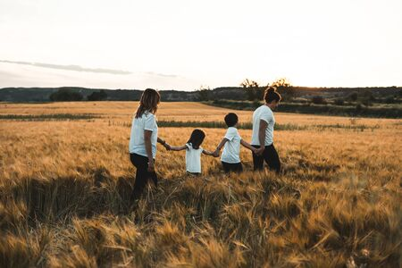 Family holding hands in the countryside happy and fun Zdjęcie Seryjne