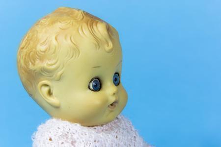 muneca vintage: mu�eca de la vendimia, carro, marioneta, juguete viejo, retro, fondo azul, ni�o, infantil, infantil