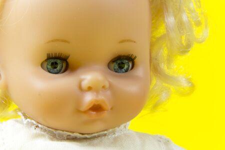 muneca vintage: mu�eca de la vendimia, carro, marioneta, juguete viejo, retro, fondo amarillo, ojos azules, cabello rubio, ni�o, infantil, infantil