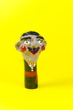 Handwerk, Kunsthandwerk, Verarbeitung paare, twosome, Couplet, bighead, gelber Hintergrund Standard-Bild - 56494911