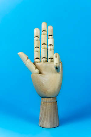 Hand Holz, Holz-Hand, vier Finger, blauer Hintergrund Standard-Bild - 57167281
