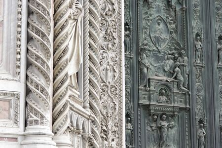 Alte mittelalterliche Tür Standard-Bild - 86161712