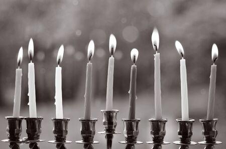 hanoukia: Hanukkah menorah allum� avec huit bougies au dernier jour de Hanoukka. (BW) Banque d'images