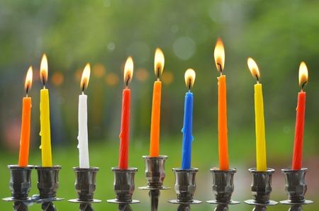 hanoukia: Hanukkah menorah allum� avec huit bougies au dernier jour de Hanoukka. Banque d'images