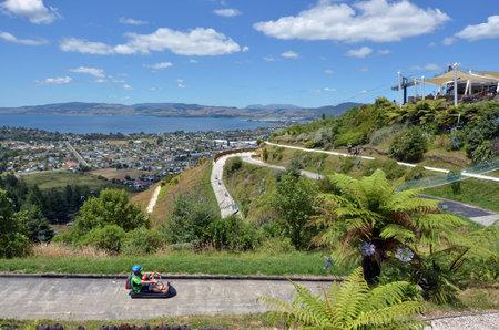 luge: Rotorua, NZL - 18 gennaio 2015: corse Visitatori on Skyline Rotorua Luge.The famoso Luge ha 3 piste di diversi livelli di competenza e tortuose attraverso la foresta del monte Ngongotaha nella citt� di Rotorua, in Nuova Zelanda. Editoriali