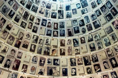 JERUZALEM - NOV 07: Bezoekers in Yad Vashem op 7 november 2005 in Jeruzalem, Israel.It is een wereld centrum voor Holocaust onderzoek, documentatie, het onderwijs en de herdenking van de 6 miljoen joodse slachtoffers