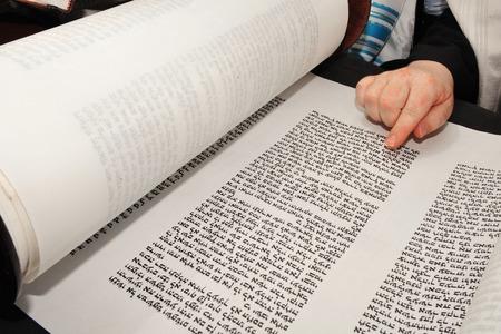 イスラエル エルサレムの嘆きの壁に彼の棒 Mitzvah の律法を読む少年