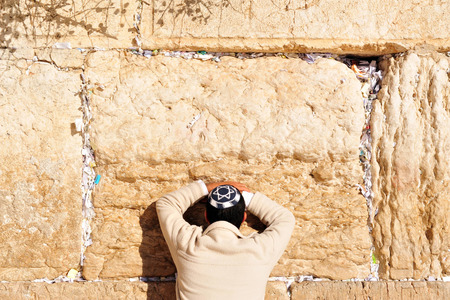 kippah: A Jewish man prays at the Western Wall in the old city of Jerusalem, Israel Stock Photo