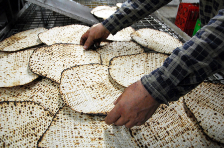 Un matsa casher glat à la main à l'usine de matsot pour la Pâque juive jour saint.