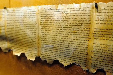 Die Qumran-Rollen auf dem Display in den Höhlen von Qumran, die am Rande des Toten Meeres in Israel.