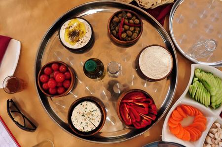 turismo ecologico: Labaneh con las aceitunas y el aceite de las aceitunas en una mesa.