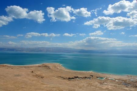 yam israel: View of Dead Sea coastline and Arava Desert in Israel.