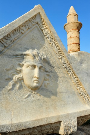 escultura romana: CESAREA - 11 de enero: la escultura romana antigua y la Mezquita de Bosnia en el Parque Nacional de Cesarea en el 11 de enero de 2011 en Cesarea, Israel. Editorial